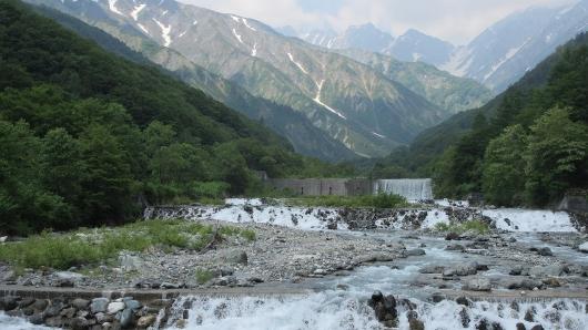 二股からの不帰雪解けの冷たい水が流れている二股川 (530x298)