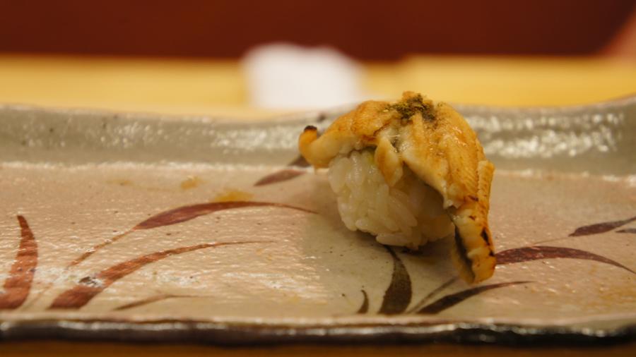 穴子は甘みの少ないツメと山椒で