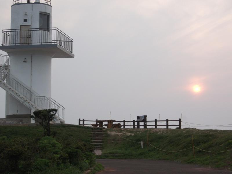 大バエ灯台と薄い夕陽