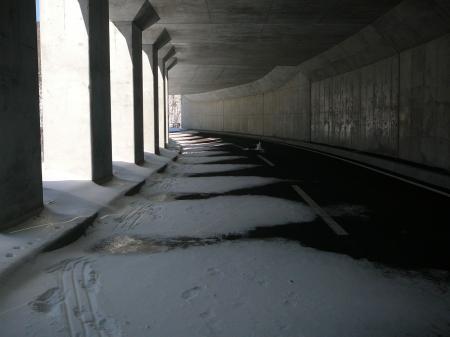 雪の少ない隧道内は歩きにくいねぇ…