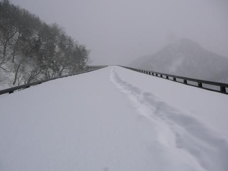 ガードレールは、ほぼ雪に埋没