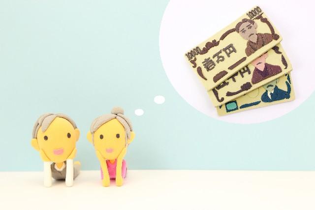 お金を夢見る老夫婦  考える
