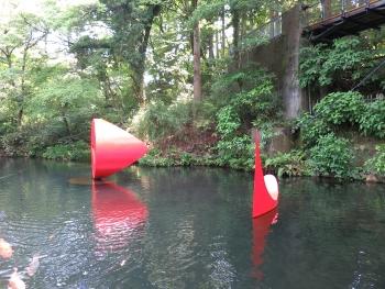 水に浮かぶオブジェ
