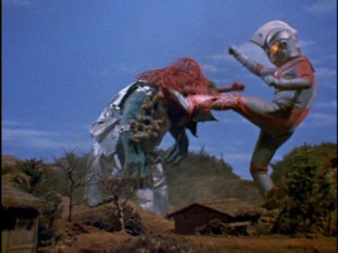 ウルトラ電撃キックでアクエリウスを倒した
