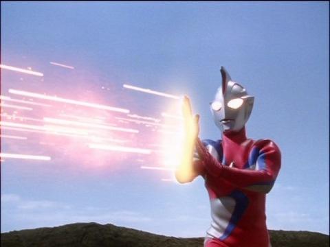ウルトラマンコスモス(コロナモード)のネイバスター光線も、ヘルズキング改には決定打にならず