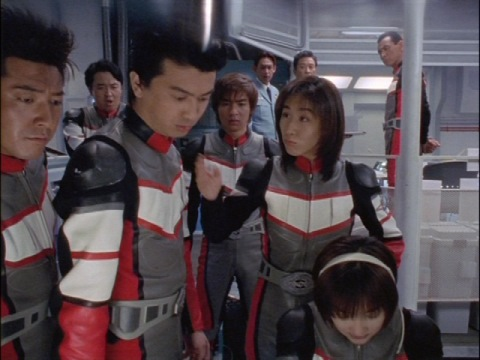 カリヤ隊員にツッコミを入れるユミムラ・リョウ隊員(演:斉藤りさ)