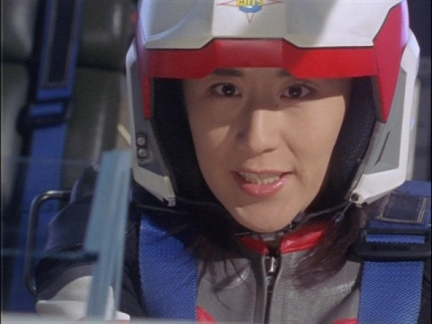 電磁ネットを発射するユミムラ・リョウ隊員(演:斉藤りさ)