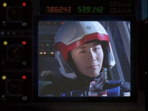 アスカ隊員に無線で一緒に行くことを伝えるユミムラ・リョウ隊員(演:斉藤りさ)