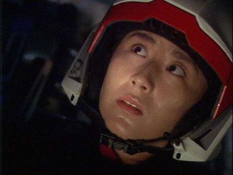 アイスビーナスの反応が頭上からあるのに驚くユミムラ・リョウ隊員(演:斉藤りさ)