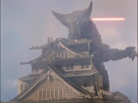 大阪城を壊すゴモラ