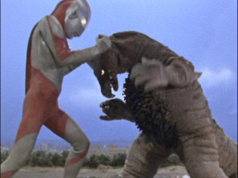 ウルトラマン vs ゴモラ