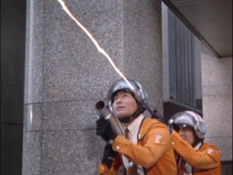 ハヤタ隊員のマルス133が、ゴモラの尻尾を焼き切る
