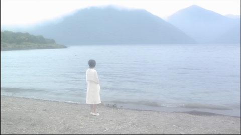 湖畔に立つ女性は?