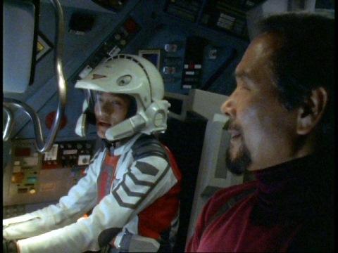 ドルファー202で出撃するダイゴ隊員とヨシオカ長官