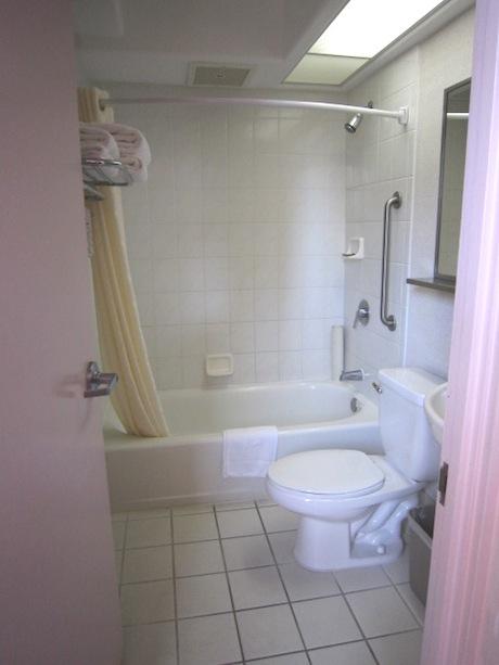 左にバスルーム
