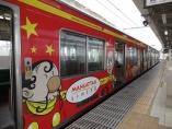 14:04 JR多賀城駅 で反対ホームの列車が仮面ライダーとサイボーグ007のデザインです。