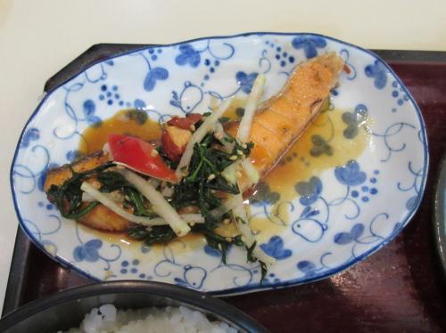 魚(サーモンの春菊アーモンドからししょうゆソース)