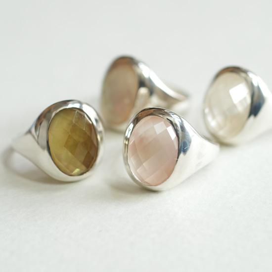 新作は水晶と白蝶貝のいろどりリング