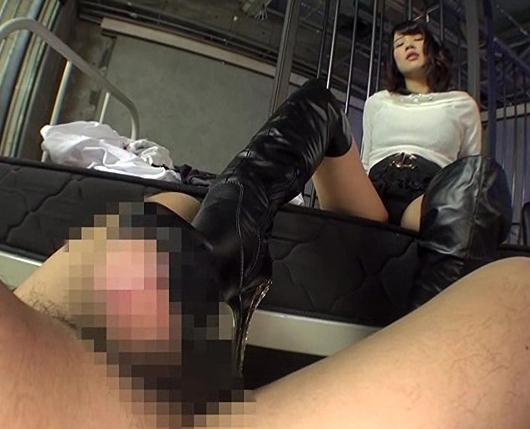ドエスな痴女がニーハイブーツコキや騎乗位で淫語責めの脚フェチDVD画像1