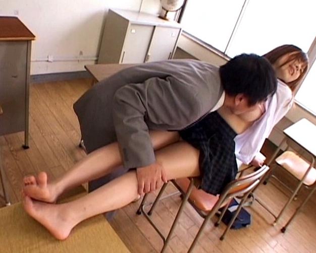 可愛いJKのここみんが蒸れ蒸れの素足で足フェチ男を足コキ抜きの脚フェチDVD画像3