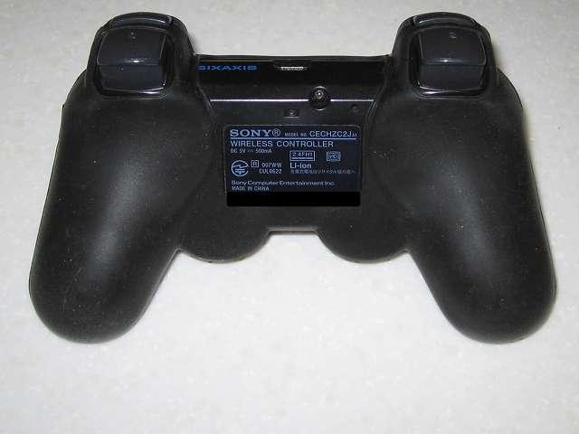 BeryKoKo PlayStation3 DUALSHOCK3 対応 ゴムカバー を DUALSHOCK3 に装着作業、ゴムカバー装着後のコントローラ裏側
