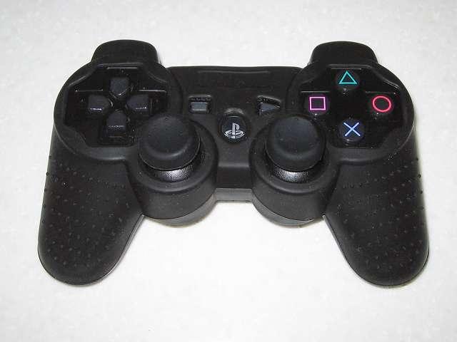 BeryKoKo PlayStation3 DUALSHOCK3 対応 ゴムカバーを DUALSHOCK3 に装着後、アナログスティックと L・R ボタンアタッチメントを装着、コントローラー正面画像