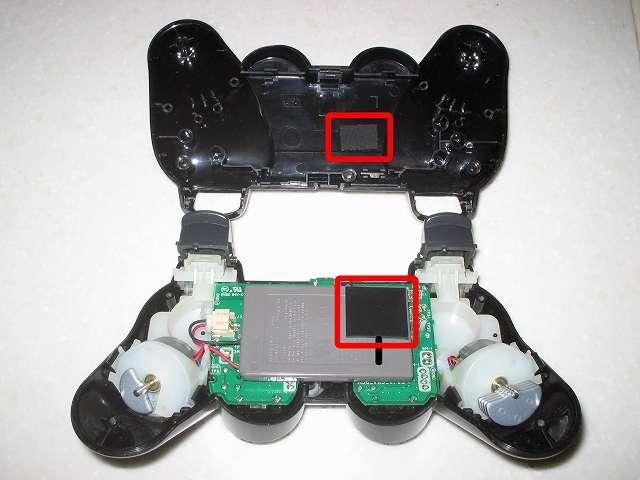 DS3 Dualshock3 デュアルショック3 Wireless Controller Black CECHZC2J A1 誤作動対策(Random Button Error Fix)、以前 PC ケース振動対策でカットして余った 杉田エース 天然ゴムシート板 NR-5 2cm(20mm) x 2cm(20mm) があったので、これをコントローラー本体下部プラスチックカバーのスポンジ材の位置に合わせてバッテリーに置くも先ほどと同様、誤作動はある程度改善されるが完全には直らず