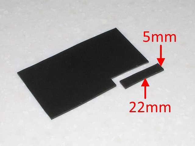 DS3 Dualshock3 デュアルショック3 Wireless Controller Black CECHZC2J A1 誤作動対策(Random Button Error Fix)、取り外したフレキシブル基板の接点シートの下の長方形のプラスチック枠の詰め込み用に厚さ 1mm の 杉田エース 天然ゴムシート板 NR-5 を 5mm x 22mm にカットする