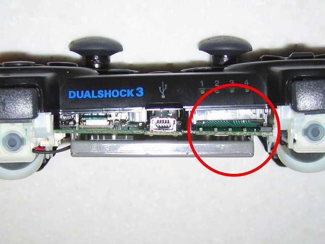 DS3 Dualshock3 デュアルショック3 Wireless Controller Black CECHZC2J A1 誤作動対策(Random Button Error Fix) 失敗事例、カットした厚さ 1mm の 杉田エース 天然ゴムシート板 NR-5 2枚分を基板固定用白いプラスチック台座にあるウレタンスポンジ枠にセットした後、フレキシブル基板を取り付けて固定させた状態で電子回路基板を取り付け、ゴムシートが厚すぎたため画像のように電子回路基板がゆがむ形となってしまった、その後コントローラー本体下部プラスチックカバーを取り付けてみるも、一部のボタンが押せない状態となりこの方法では失敗する形となる