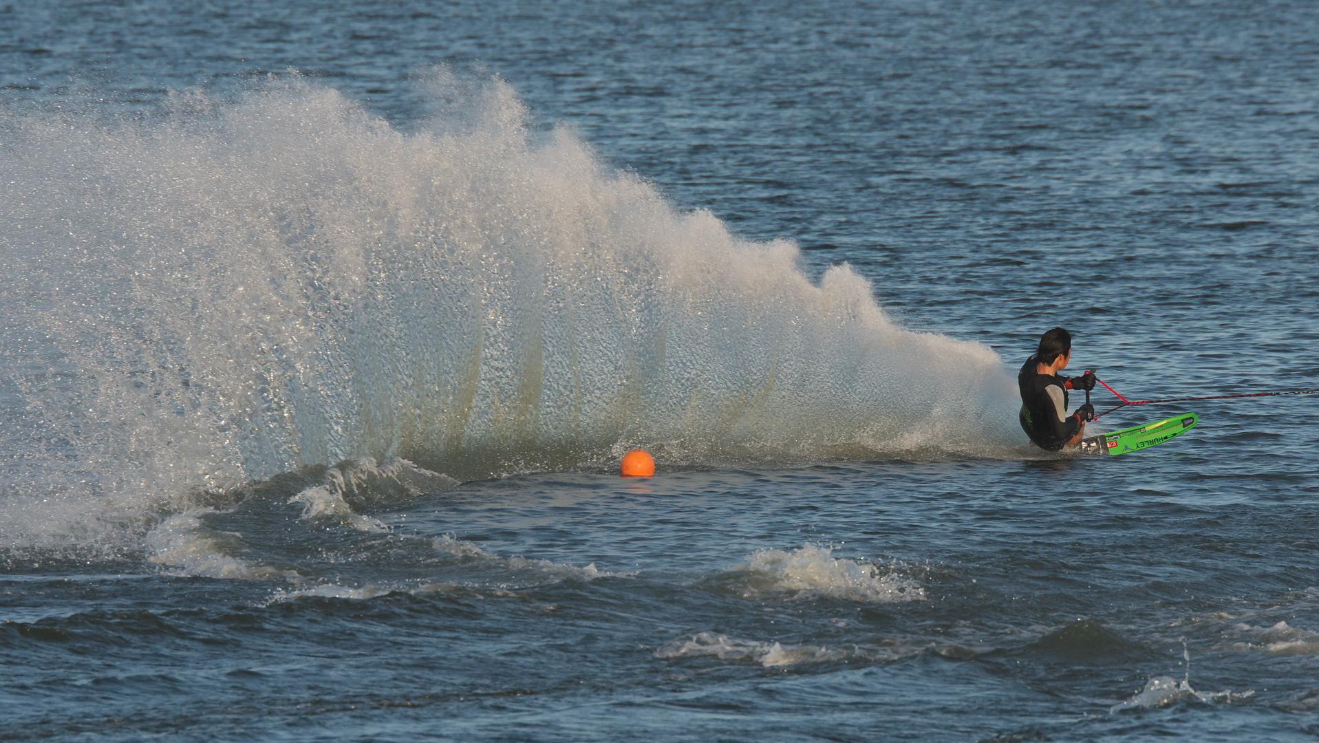 水しぶき、まるでジェット噴射!!
