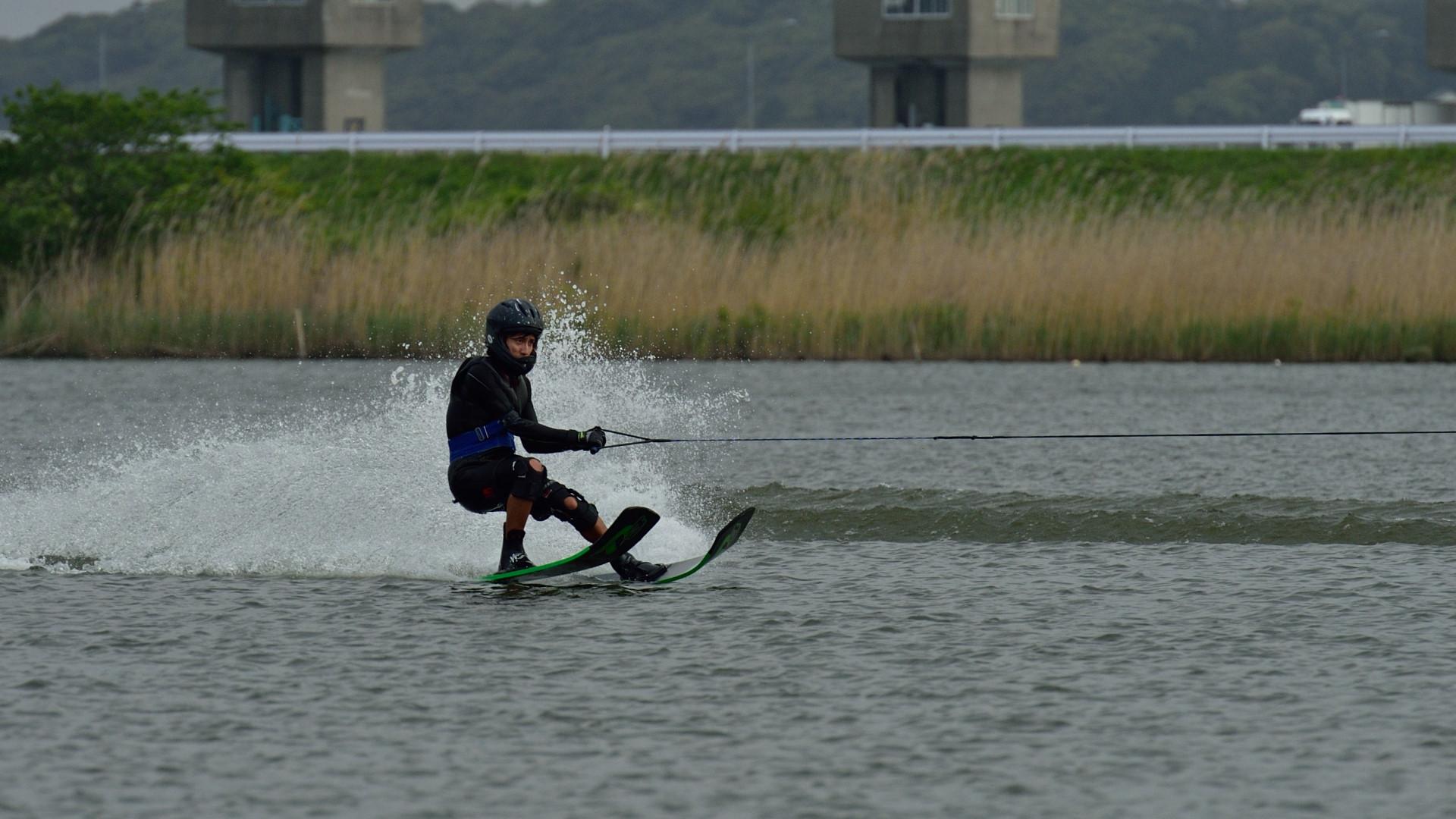 利根川の逆水門をバックにジャンプ練習