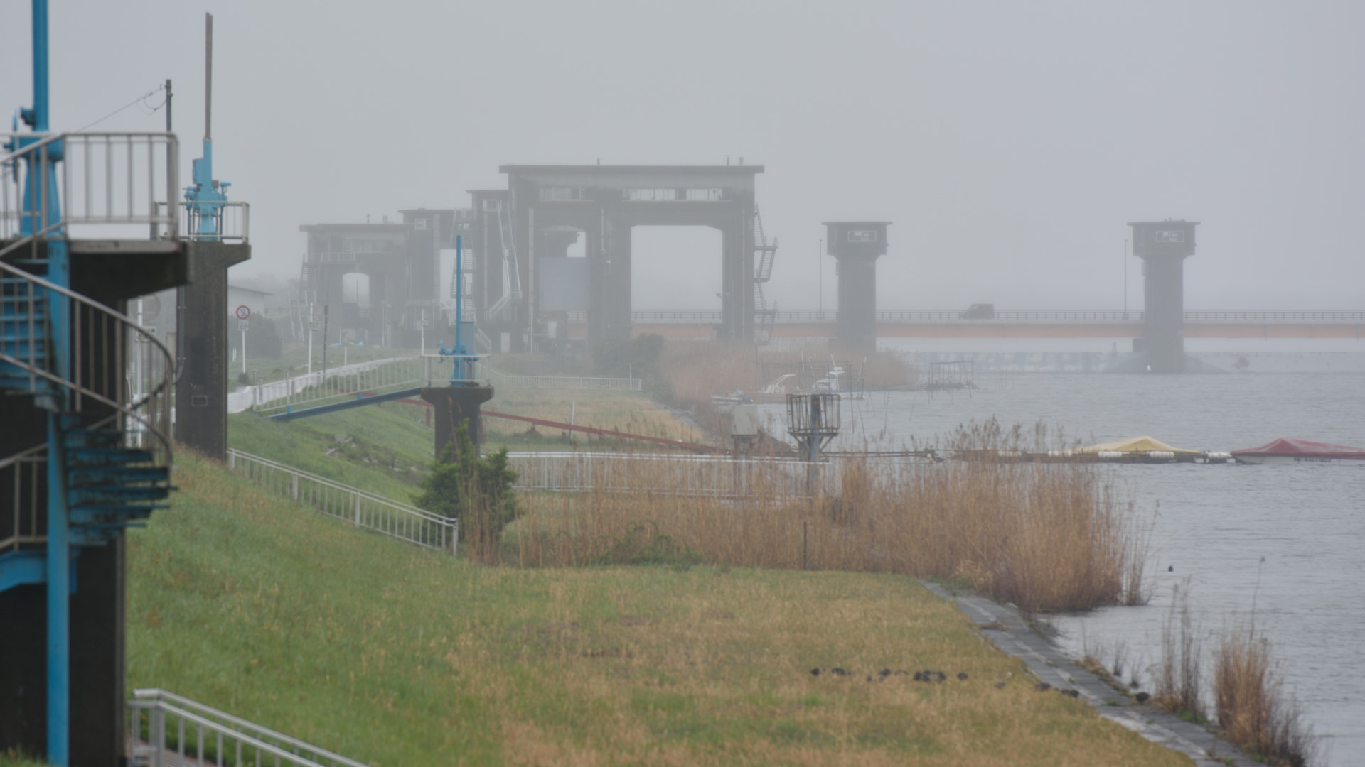早朝の常陸川は雨