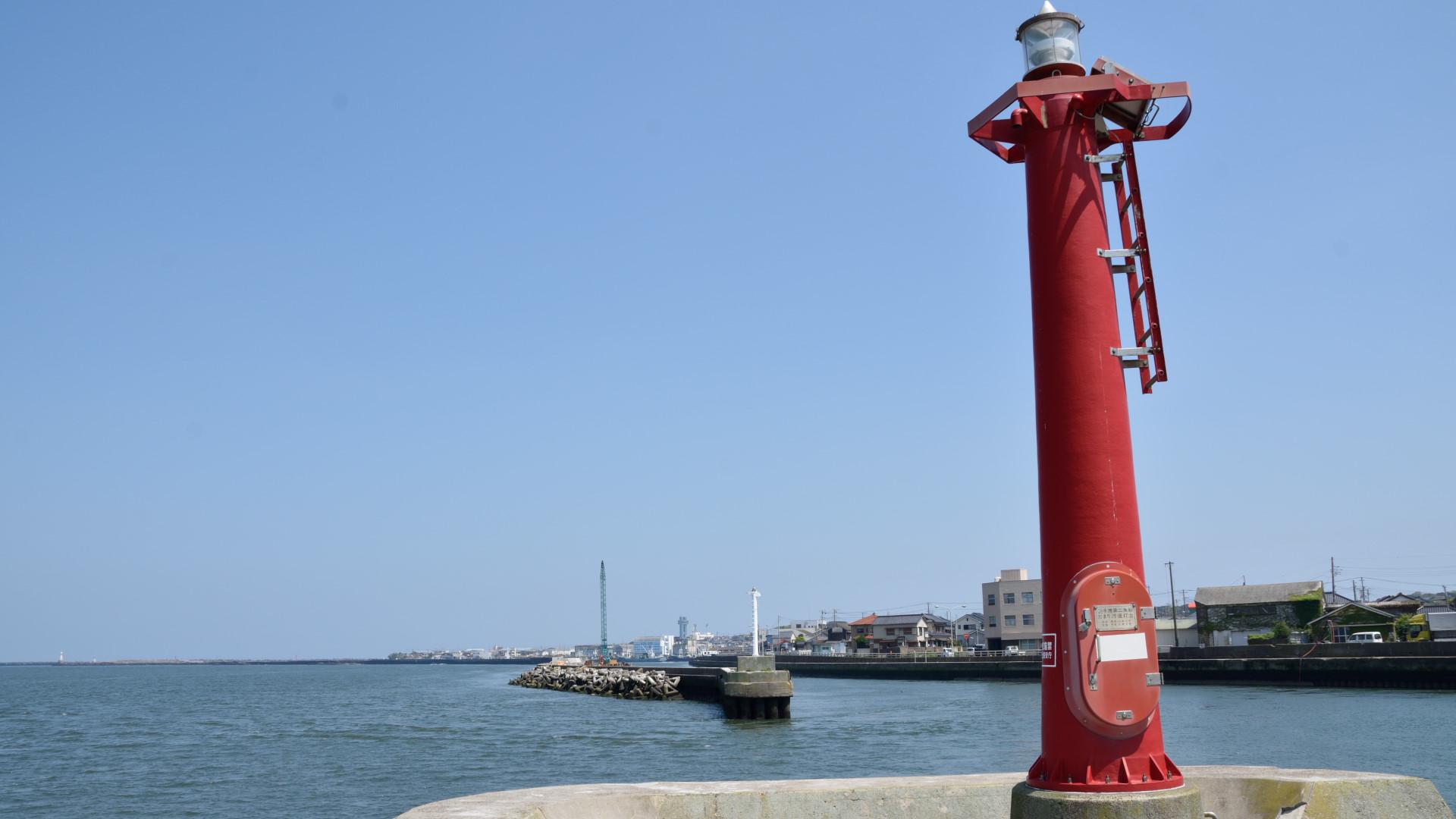 堤防の赤灯台、銚子漁港への入り口