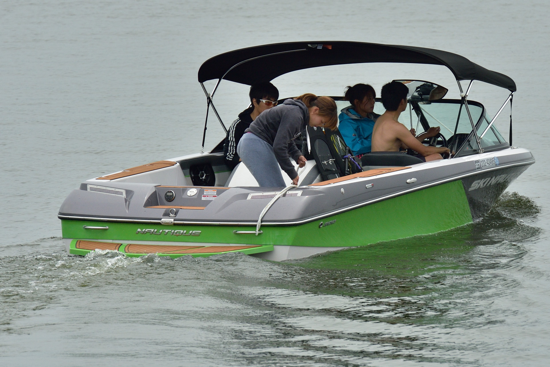 新しい水上スキー用ボート、新緑のような緑色が素敵だ!