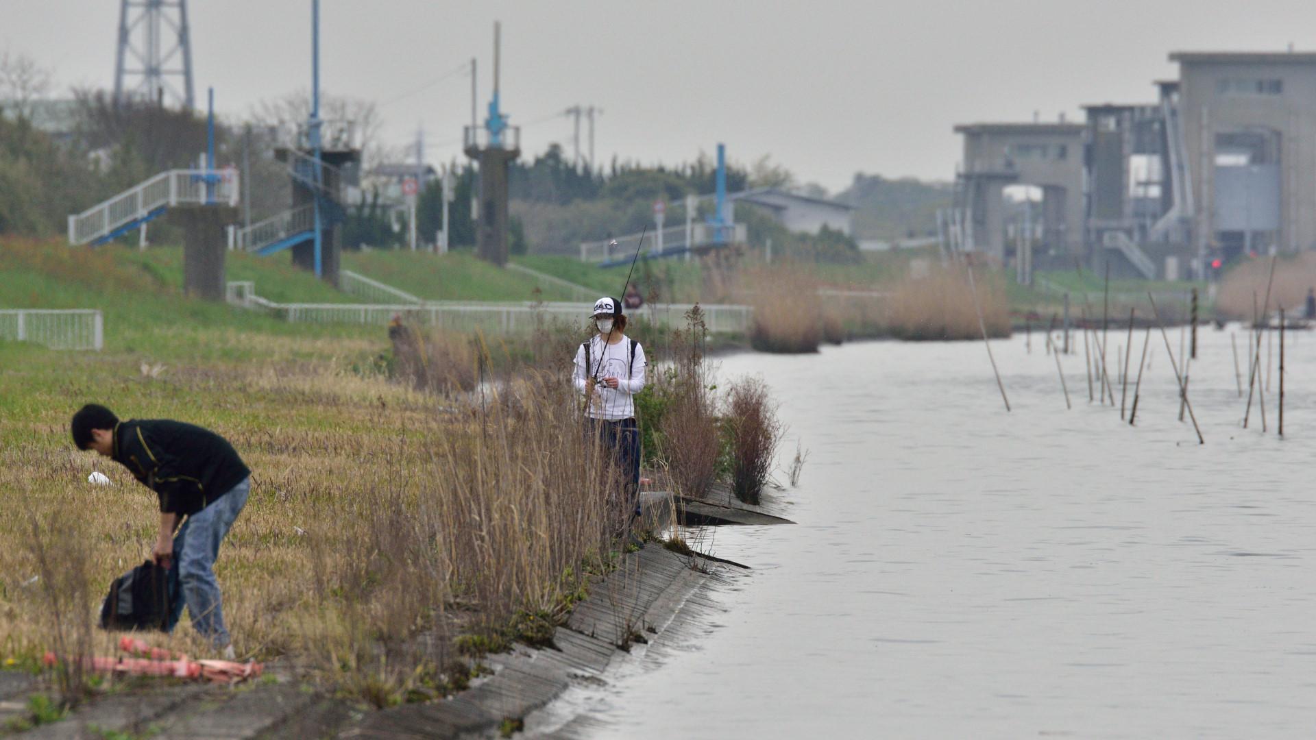 釣り人も集う日曜日の常陸川