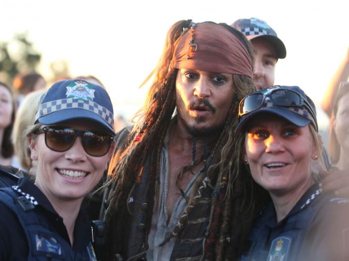 depp-australian-fans-02jun15-01.jpg