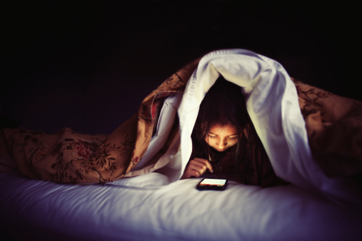 kid-in-bed-with-smartphone.jpg