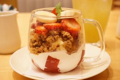 【Afternoon Tea】苺とハニーフロマージュソースのグラノーラパフェ