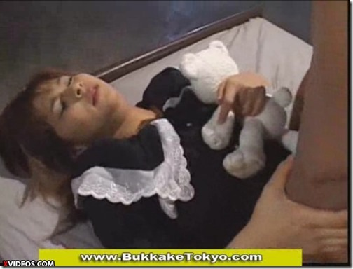 【メイドコスのエロ動画】ぬいぐるみ片手に『ザーメン下さい』とお願いするエロカワメイド