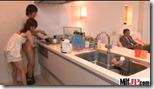 【夫婦生活夫婦の秘めごとエロ動画】舅のいる横で夫にチンシコするエッチな若妻01
