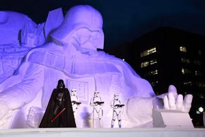 夜のスターウォーズ雪像