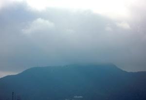 雲に覆われた藻岩山
