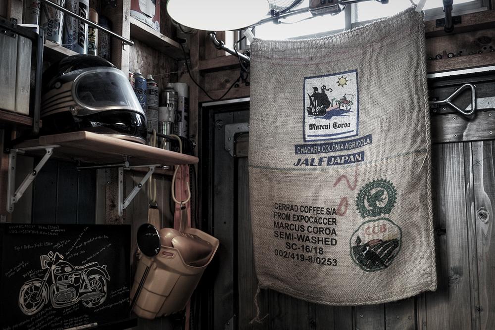 ガレージとコーヒー麻袋