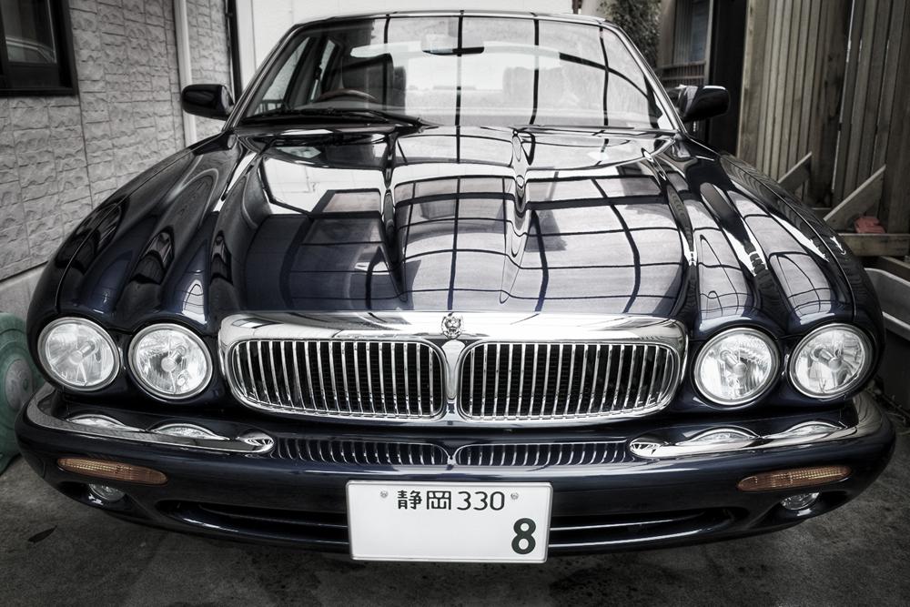 週末にジャガーを洗車する。