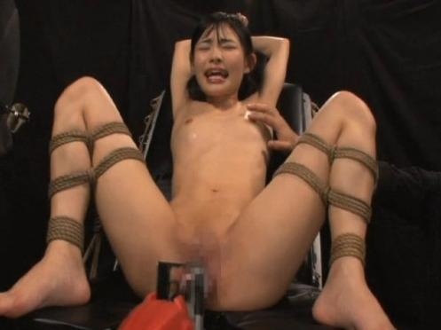 アダルト動画『美尻の美女が網タイツ姿のまま大胆なオナニー』