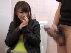 街でナンパした素人娘にトイレでセンズリ鑑賞してもらいます