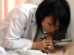 女医が診察中に勃起してしまったチンポを見て興奮してシャブリついてしまいます!