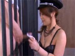 鉄格子越しに囚人のチンポを手コキ・尻コキ・パンティーコキ・フェラで弄ぶ女看守