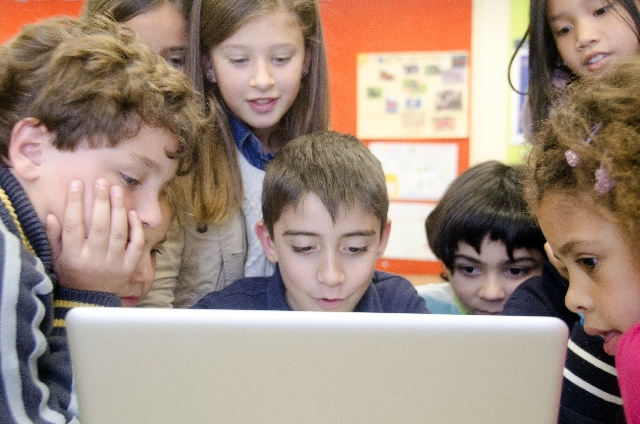パソコンを使う子どもたち 注目 人気